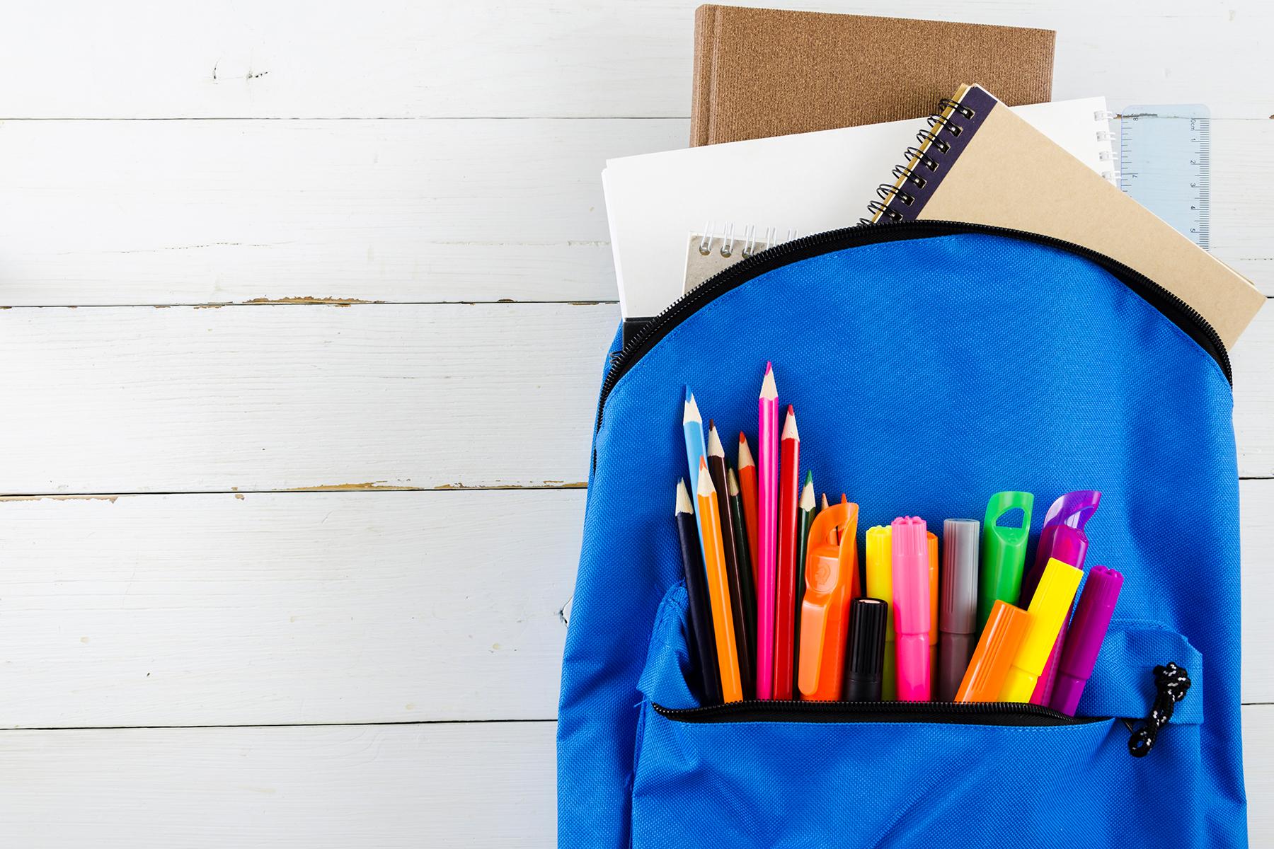 Mochila com materiais escolares